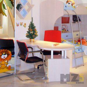 Аккуратный письменный столик бежевого цвета