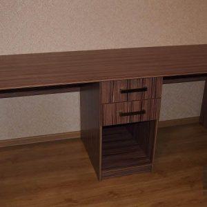 Письенный стол из шпона с выдвижными ящиками и открытой полкой
