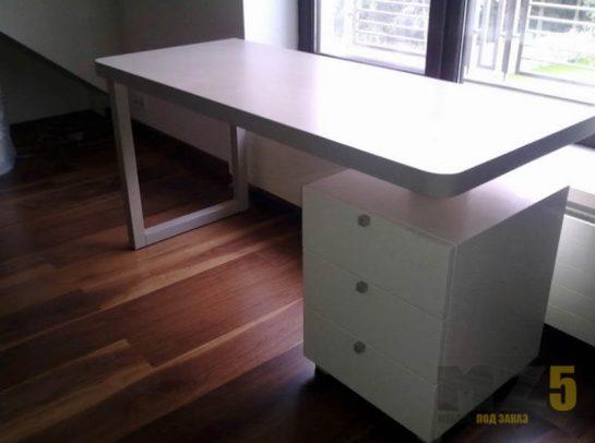 Белай письменный стол в стиле минимализм