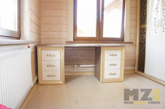 Классический деревянный письменный стол с двумя приставными тумбами