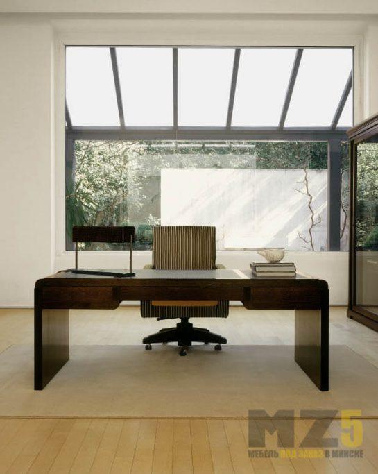 Строгий деревянный письменный стол с выдвижными ящиками