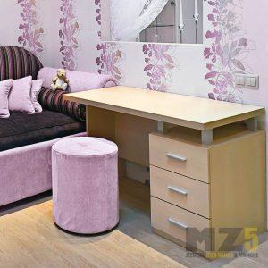 Минималистичный письменный стол с тумбой в кремовом цвете в спальню