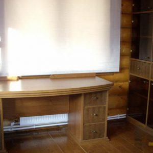Изящный письменный стол из массива дерева в классическом стиле