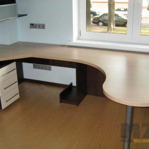 Современный угловой компьютерный стол со встроенный светлой тумбой