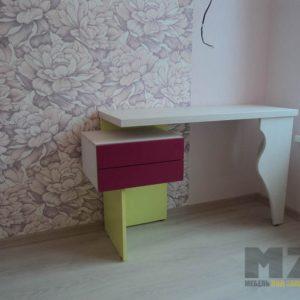 Дизайнерский письменный стол со встроенной тумбой без ручек