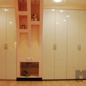 Встроенный глянцевый распашной шкаф для одежды