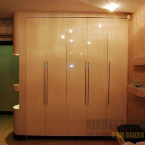 Глянцевый распашной шкаф бежевого цвета в современном стиле