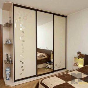 Современный пескоструйных шкаф-купе в спальню с зеркальной дверью
