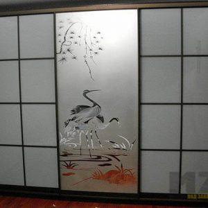 Встроенный шкаф-купе в комнату с рисунком на фасадах