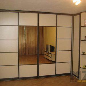 Комбинированный шкаф-купе с зеркальными вставками для спальной комнаты