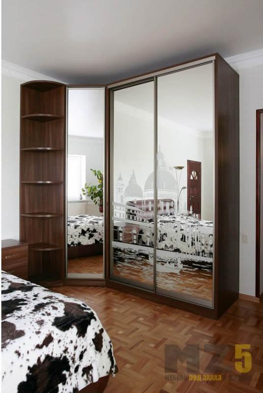 Угловой шкаф-купе в спальню цвета венге с зеркальными дверями