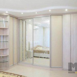 Классический комбинированный встроенный шкаф-купе в спальню