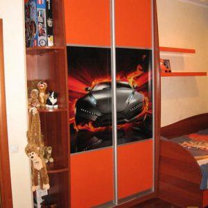 Узкий ярко-оранжевый шкаф-купе с фотопечатью в детскую комнату