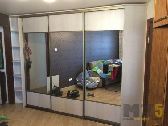 Классический комбинированный шкаф-купе с зеркалом в прихожую