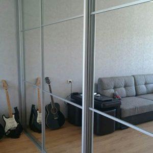 Совремемнный встроенный шкаф-купе с зеркалом в спальню