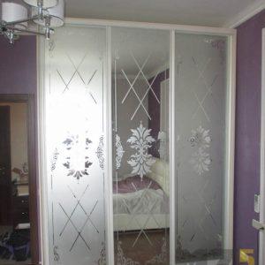 Классический шкаф-купе с зеркальными дверями и пескоструйным рисунком на них