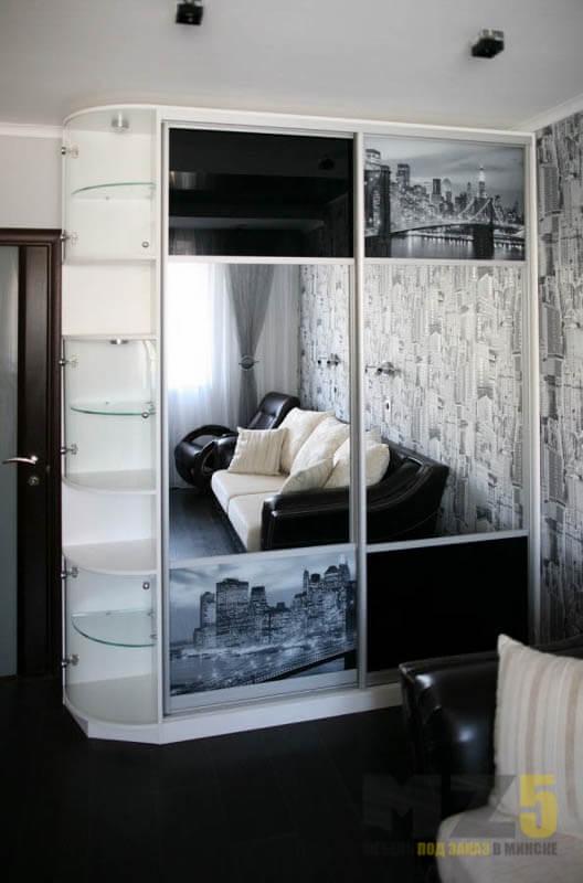 Современный шкаф-купе в спальню с зеркалом и фотопечатью