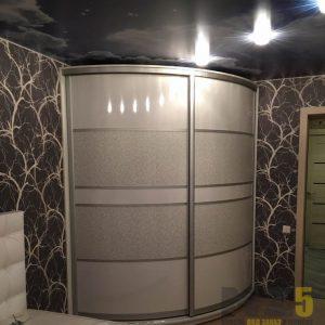 Радиусный комбинированный шкаф-купе из лакобеля и лакомата