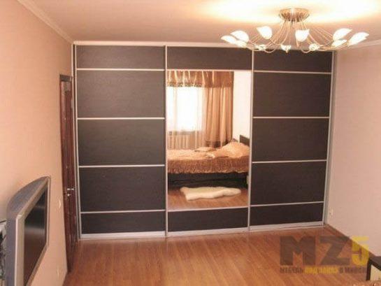 Встроенный матовый шкаф-купе черного цвета с зеркалом