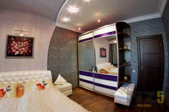 Комбинированный двухстворчатый шкаф-купе с зеркалами в спальню