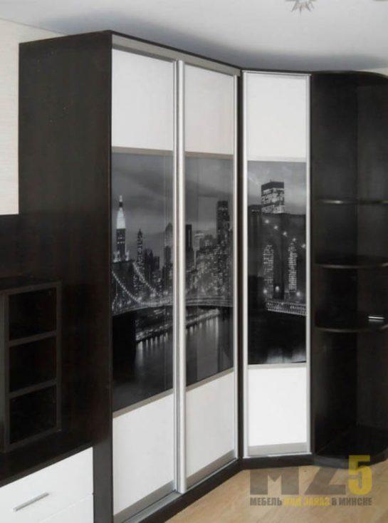 Комбинированный черно-белый шкаф-купе углом с фотопечатью