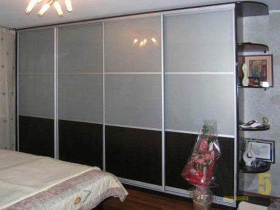 Большой шкаф-купе в спальню из лакомата и лакобеля в современном стиле