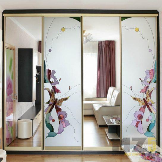 Комбинированный встроенный шкаф-купе в комнату с зеркалом и фотопечатью