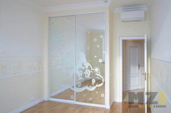 Современный зеркальный встроенный шкаф-купе с пескоструйным рисунком на фасадах
