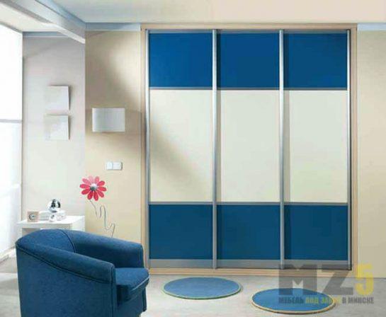 Яркий современный трехстворчатый шкаф-купе бело-синего цвета