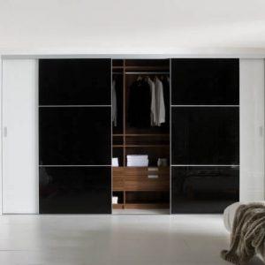 Ультрасовременный встроенный глянцевый шкаф-купе черно-белого цвета