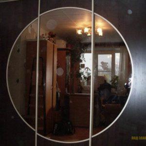 Черный шкаф-купе с круглым зеркалом на фасадах