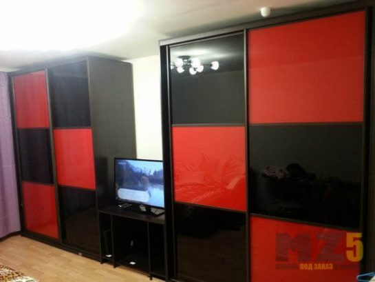 Стильный шкаф-купе из лакобеля черно-красного цвета