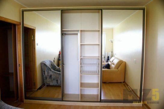 Современный светлый шкаф-купе из МДФ с зеркальными дверями