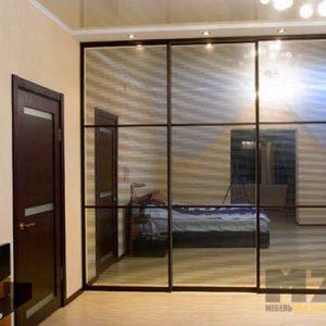 Современный шкаф-купе встроенного типа с зеркальными дверями