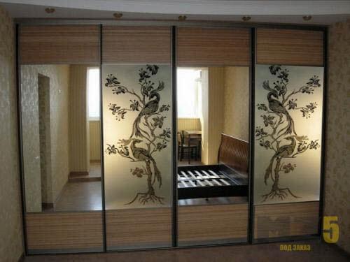 Шкаф купе с четырьмя зеркальными дверьми и пескоструйным рисунком