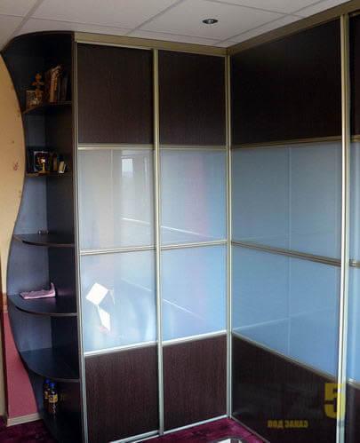Маленький угловой комбинированный шкаф купе из МДФ и лакомата