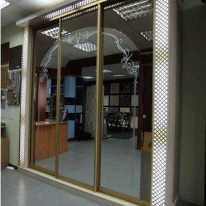 Зеркальный встроенный шкаф-купе в классическом стиле
