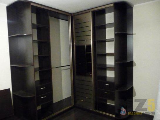 Комбинированный угловой шкаф-купе цвета венге в комнату