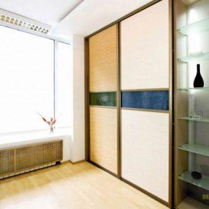 Встроенный классический светлый шкаф-купе в спальню