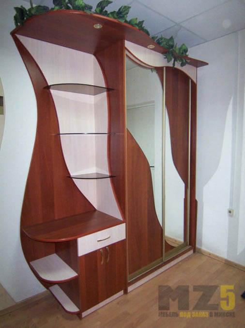 Комбинированный шкаф-купе из ДСП с открытыми полками и зеркальными вставками на дверях