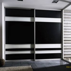 Черно-белый встроенный шкаф-купе с матовыми фасадами