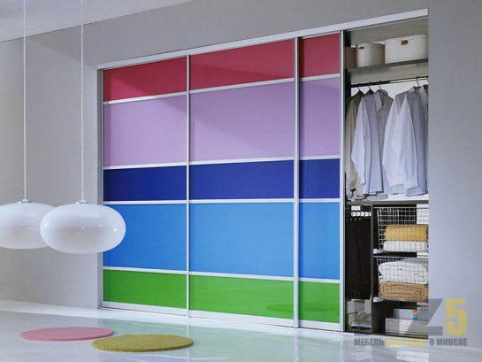 Яркий разноцветный шкаф-купе в спальню