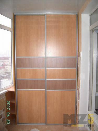 Узкий шкаф-купе из МДФ коричневого цвета на балкон