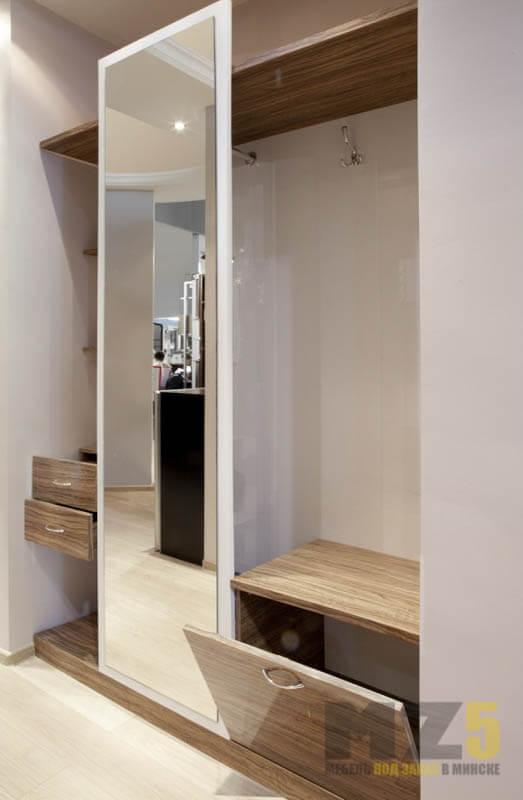 Современный светлый распашной шкаф в прихожую под цвет дерева с зеркалом