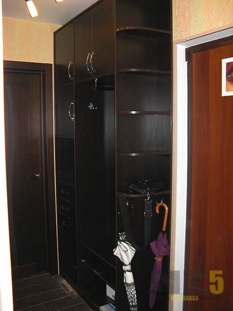 Распашной шкаф из МДФ в прихожую в темно коричневом цвете