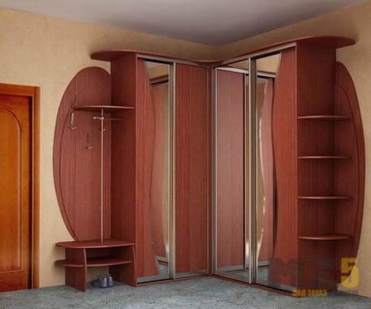 Угловой шкаф-купе из массива в прихожую с зеркалами