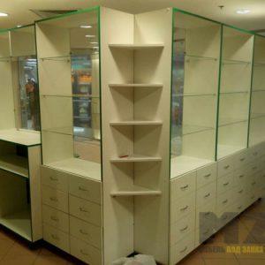 Торговые стеллажи со стеклянными полками в классическом стиле
