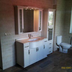 Современный набор белой мебели в ванную комнату