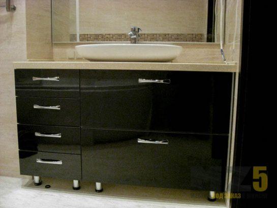Глянцевая тумба под раковину черного цвета в ванную