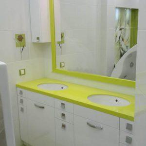 Современная белая мебель для ванной с яркой салатовой столешницей